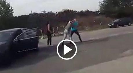 VIDEO ȘOCANT | Șofer de 21 de ani LOVIT după o șicanare în trafic