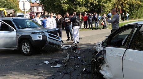 ACCIDENT VIOLENT. Tineri răniți după un impact frontal