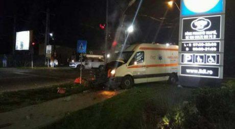 Accident. Medic de pe ambulanță rănit grav