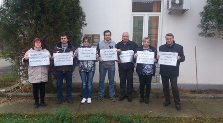 Angajații APIA Hunedoara protestează în fața instituției