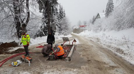Se montează bariere spre stațiunea Straja