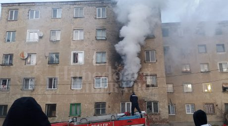 INCENDIU VIOLENT într-un bloc de locuințe din Vulcan