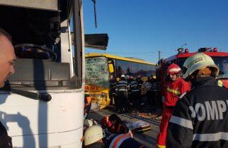 ACCIDENT cu 8 RĂNIȚI. Două autobuze s-au ciocnit frontal