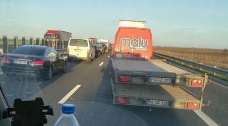 Coadă de 25 de kilometri pe autostradă, la ieșirea din țară