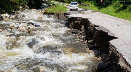 FOTO | Drum județean rupt de viitură. Pericole pentru turiști