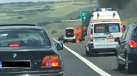 Breaking News: Mașină în flăcări pe A1 Deva-Sibiu (FOTO)