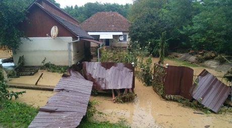 UPDATE   Vața de Jos, devastată de viituri. Operațiunile salvatorilor continuă