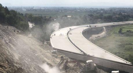FOTO: Cum se lucrează la autostrada A1 în zona dealului de la Șoimuș