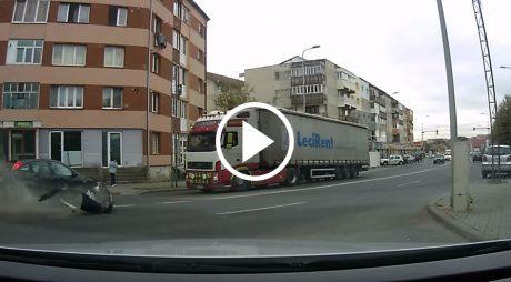 VIDEO: Momentul impactului. Accident din Alba Iulia FILMAT LIVE de un șofer aflat în trafic