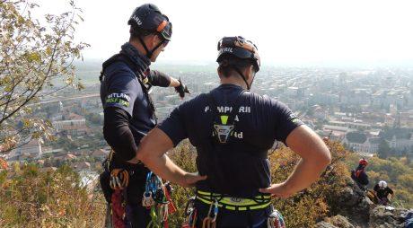 VIDEO – Exercițiu al pompierilor alpiniști pe stâncile Dealului Cetății din Deva