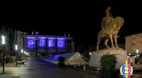 """Cetatea Deva și Centrul Cultural ,,Drăgan Muntean"""" iluminate în albastru"""