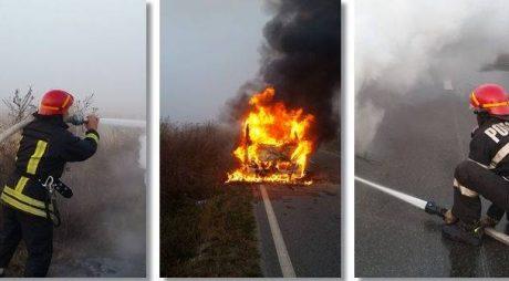 O mașină a luat foc în mers, pe un drum din vestul țării