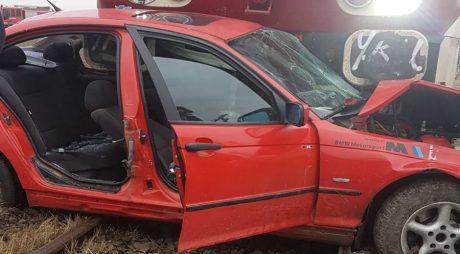 Mașină lovită de tren! Tânăr de 24 de ani rănit grav