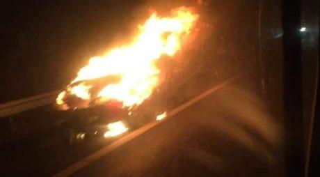 A adormit la volan şi a intrat cu maşina, într-un camion! Autoturismul a luat foc