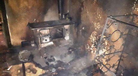 Bărbat găsit mort de către pompieri, într-o locuință cuprinsă de incendiu