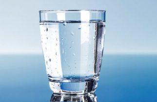 Cât de multă apă trebuie să bei într-o zi caniculară