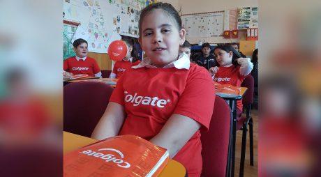 O fetiță din Hunedoara, unul dintre câștigătorii competiției internaționale de desene My Bright Smile™