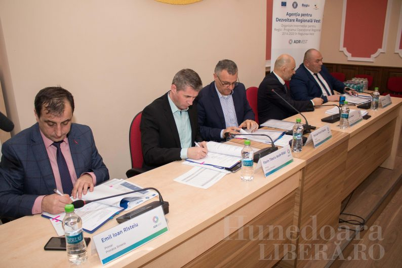 semnare contracte anveloparea blocurilor primaria deva (1)