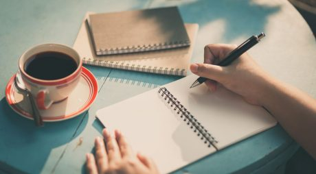 Terapia prin scris. Cum ajuta scrisul la eliberarea emoțiilor
