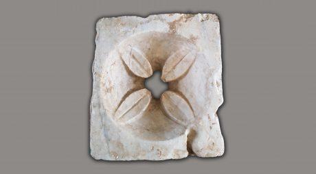 """Piatră romană, descoperită la Biserica """"Sf. Nicolae"""" din Hunedoara"""