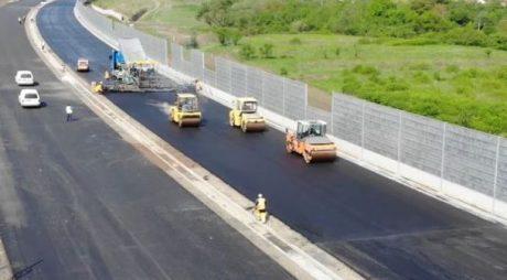 VIDEO: La 6 ani de la semnarea contractului, se toarna ultimul asfalt pe Autostrada Lugoj – Deva Lot 3