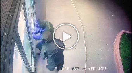 Video: Doi spărgători de bancă în acțiune