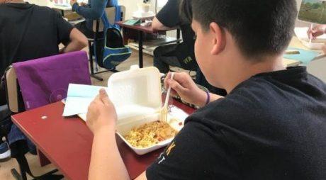 Peste 300 de elevi, primii din Timis inclusi in programul Masa Calda, au primit mancarea la scoala