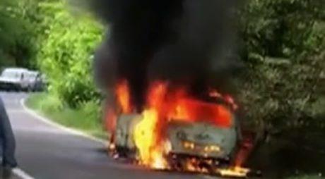 Maşină distrusă de flăcări pe DN 76