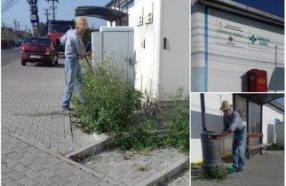 Un consilier de 81 de ani, din Alba Iulia, exemplu pentru politicienii tineri. La cosit în fața dispensarului