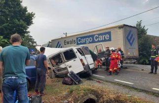 BREAKING NEWS: Accident MORTAL în Bihor – Un microbuz, impact frontal cu un camion: 9 victime!