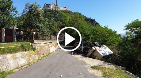 VIDEO. Rulotă răsturnată la poalele Cetății din Deva