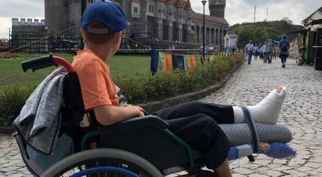 """""""În viață trebuie să te descurci!"""" – postare legată de discriminarea persoanelor cu dizabilități la Castelul Corvinilor"""