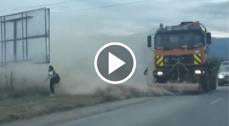 VIDEO: Un drum din România se mătură cu tot cu pietoni