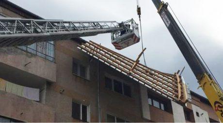 Acoperişuri luate de vântul puternic şi autoturisme avariate în municipiul Hunedoara