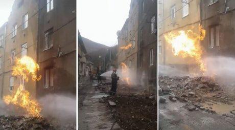 Conductă de gaz, în flăcări! Pompierii au intervenit de urgență. Peste 20 de oameni evacuați