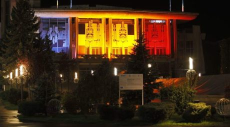 """Cetatea Deva și Centrul Cultural """"Drăgan Muntean"""", iluminate în culorile Tricolorului, de ziua Unirii!"""