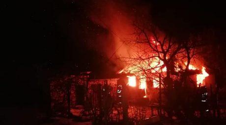 Baru: Casă distrusă de un incendiu violent, noaptea trecută