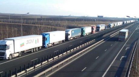 Arad: Timpi crescuţi de aşteptare la PTF Nădlac II pentru camioane, în timp ce la maşini traficul e scăzut