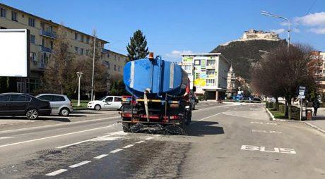 Străzile din Deva vor fi stropite zilnic cu dezinfectant cu clor