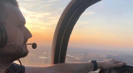 El este pilotul care a murit, alături de un prieten, după ce avionul în care erau s-a prăbuşit