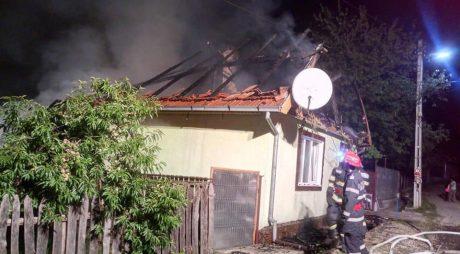 ISU Hunedoara: Incendiu puternic, în această dimineaţă, la o gospodărie din Costeşti