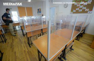 """Un fotoreporter sta intr-o sala de clasa pregatita pentru inceperea noului an scolar, in Scoala Gimnaziala """"Elena Vacarescu"""" din Bucuresti, joi, 27 august 2020. ANDREEA ALEXANDRU / MEDIAFAX FOTO"""