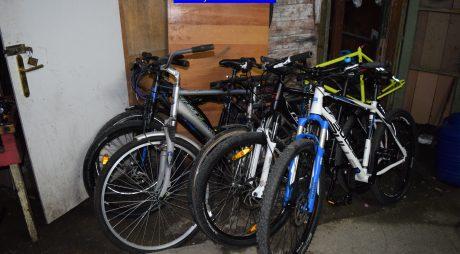 Au furat biciclete din scări de bloc și le-au vândut, polițiștii au făcut percheziții la ei acasă