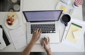 Nouă din zece angajaţi vor să aibă posibilitatea de a alege să lucreze de acasă