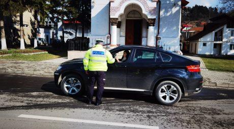 """Polițiștii le-au """"amendat"""" pe șoferițe cu flori și mărțișoare"""