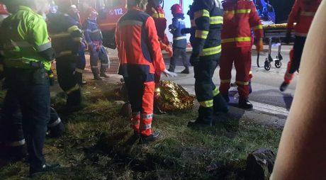 O persoană a murit, după ce mașina în care se afla ca pasager a lovit un copac și s-a răsturnat