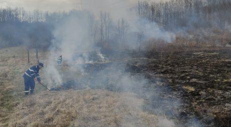 Circulaţia pe A1, în zona Mintia, îngreunată din cauza unui incendiu de vegetaţie uscată