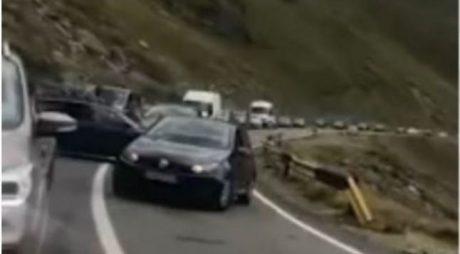 Bătaie între doi şoferi pe Transfăgărăşan. Un bărbat a fost luat pe capotă VIDEO